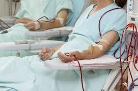 Paciente conectado a diálisis con una fístula
